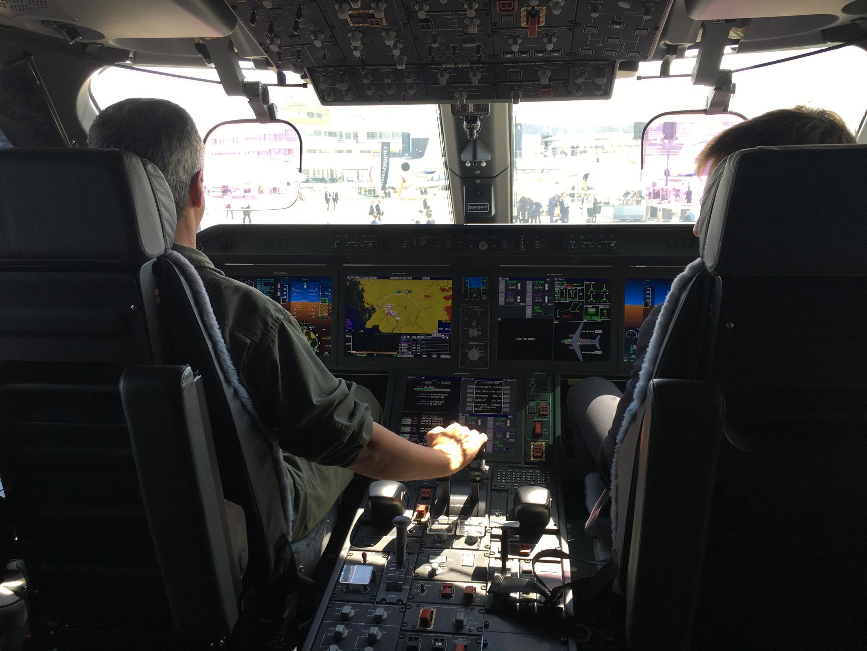 Cabine do KC-390, que realizou voos de exibição no Paris Air Show.