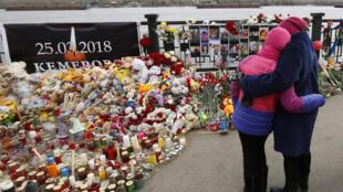 Цветы и игрушки в память о жертвах пожара в Кемерове, Красноярск, 28 марта 2018.