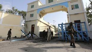 Des soldats somaliens patrouillent devant le Palais présidentiel à Mogadiscio (photo d'archives).