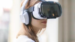 Une femme utilise un casque de réalité virtuelle.