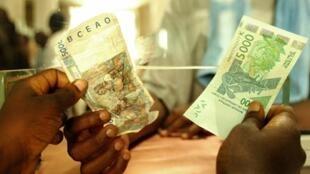 En 2013, l'Afrique a reçu 32 milliards de dollars de transferts d'argent des migrants.