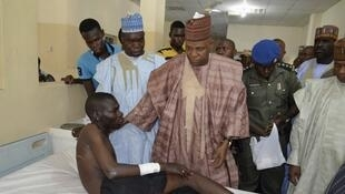 Gwamnan Jihar Borno Kashim Shettima ya ziyarci wani a Asibitin Maiduguri wanda ya samu rauni a wani harin bom da Boko Haram ta kai a wata kasuwa.