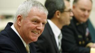 L'ancien chef d'état-major de l'armée canadienne Rick Hillier (g) et les deux anciens généraux  Michel Gauthier (c) et David Fraser devant la commission d'enquête parlementaire de la Chambre des communes.