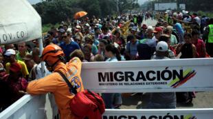 Pessoas saindo da Venezuela pela fronteira com a Colômbia, ontem, 5 de Fevereiro de 2019.