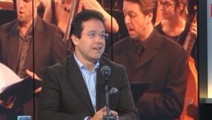 El director de orquesta argentino, Leonardo García Alarcón, dirigirá al coro de Cámara de Namur en la capilla real del Castillo de Versalles.
