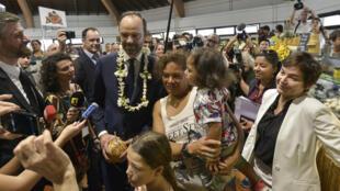 Collier de fleurs de rigueur, le Premier ministre Edouard Philippe en visite sur un marché de Nouméa ce 2 décembre 2017.