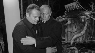 Владимир Путин премьером Польши Дональдом Туском на месте смоленской авиакатастрофы (архив)