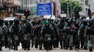 香港警方出动大批警力动用刚刚生效的香港版国安法应对示威抗议。2020年7月1日