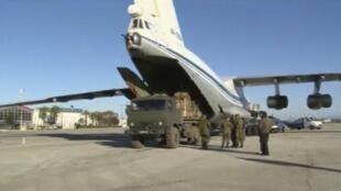 Российский грузовой самолет разгружается на аэродроме Хмеймим в сирийской провинции Латакия.
