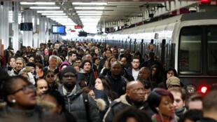 """Đình công tại Pháp: Ngày thứ Năm """"đen tối"""", hành khách tại Nhà Ga Phía Bắc (Gare du Nord), Paris, sáng ngày 22/03/2018"""