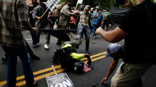 Một người đàn ông bị đạp ngã xuống đất trong vụ bạo động ở Charlottesville - Mỹ, ngày 12/07/2017.