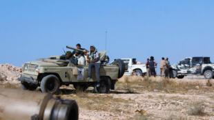 Les forces loyalistes se positionnent sur une route vers Syrte, le 10 juin 2016.