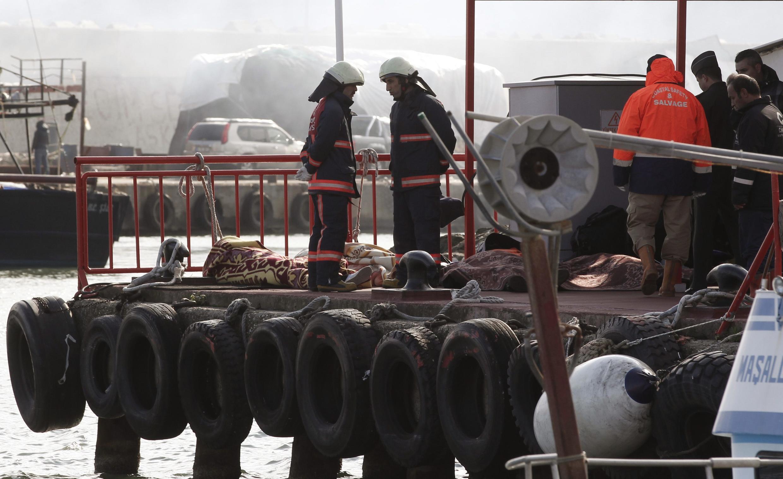 Barcos e helicópteros participam das operações de resgate na Turquia