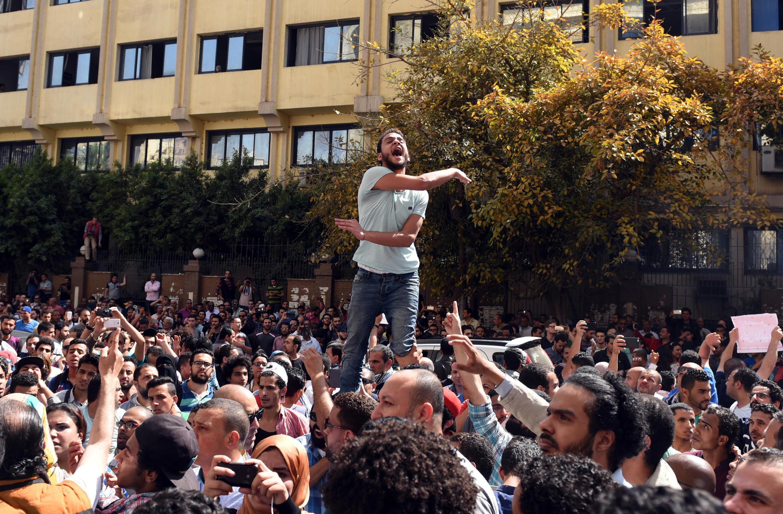 Des manifestants crient des slogans hostiles à l'accord entre l'Egypte et l'Arabie saoudite, le 15 avril 2016, devant le Syndicat des journalistes, au centre du Caire.