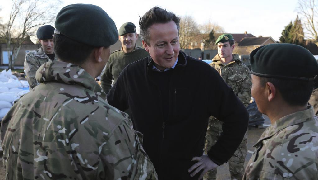 David Cameron quer autorizar mulheres na primeira linha das frentes de batalha em 2016.