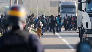 Полицейская облава на нелегальных мигрантов из северной Африки, пытающихся переправиться на пароме в Великобританию из французского порта Кале 22/10/2014