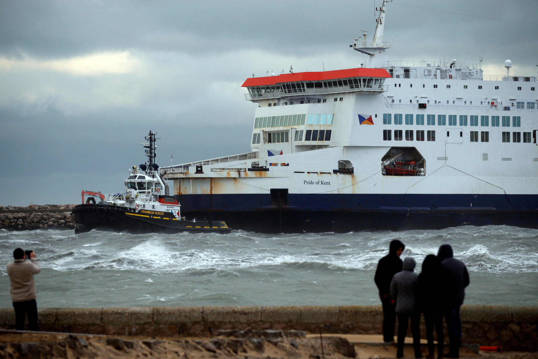 Um ferry da companhia britânica P&O com mais de 300 pessoas a bordo encalhou no porto de Calais, um dos mais importantes na Europa em termos de passageiros.