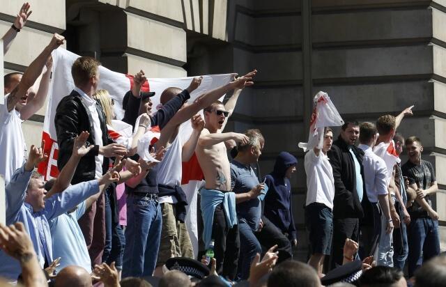 Militantes de extrema-direita manifestam contra muçulmanos diante da casa do primeiro-ministro David Cameron, em 21 de maio de 2013.