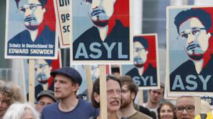 Les manifestations de soutien à Edward Snowden, l'analyste qui a révélé le programme Prism, se sont multipliées en Europe (Ici à Berlin le 7 juillet 2013).