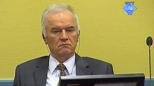 L'ancien chef militaire des Serbes de Bosnie, Ratko Mladic, accusé de nettoyage ethnique en Bosnie, au premier jour de son procès à La Haye, le 16 mai 2012.