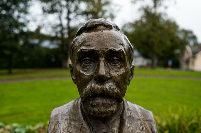 Un busto de Alfred Nobel en el exterior de Bjoerkborn Manor, donde pasó temporadas en verano durante los últimos años de su vida, en Karlskoga, Suecia, en una imagen del 16 de septiembre de 2021