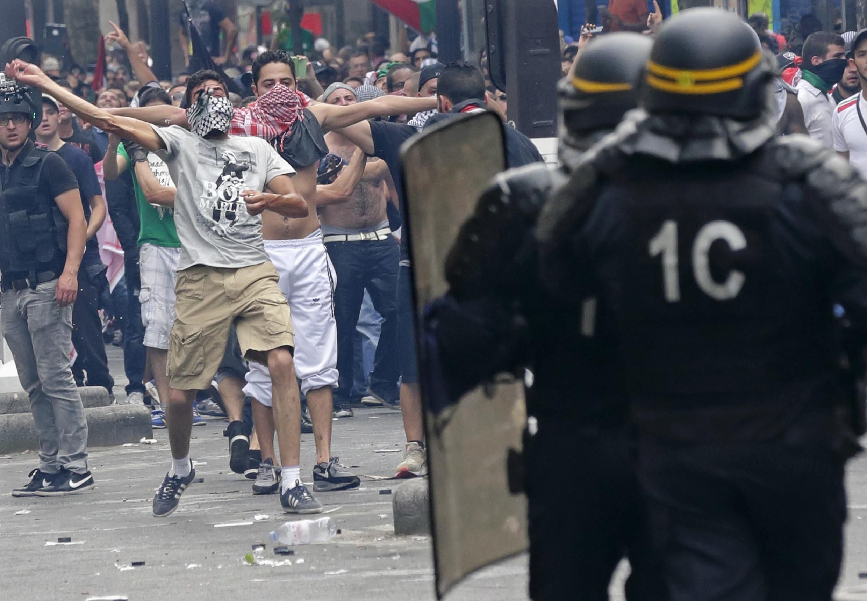 Policiais tentaram acabar com a manifestação em apoio ao povo palestino e revoltaram militantes neste sábado (19), em Paris.