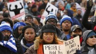 Manfestantes enfrentaram o frio e foram às ruas de Washington, neste sábado 13 de dezembro, para protestar contra a violência policial.
