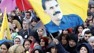 Quinze mille Kurdes venus de toute l'Europe ont manifesté, ce samedi 12 janvier, devant le Gare de l'Est à Paris.