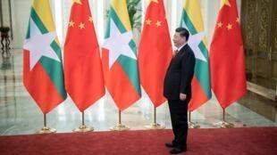 中國國家主席習近平等待緬甸領導人昂山素季2019年4月24日北京