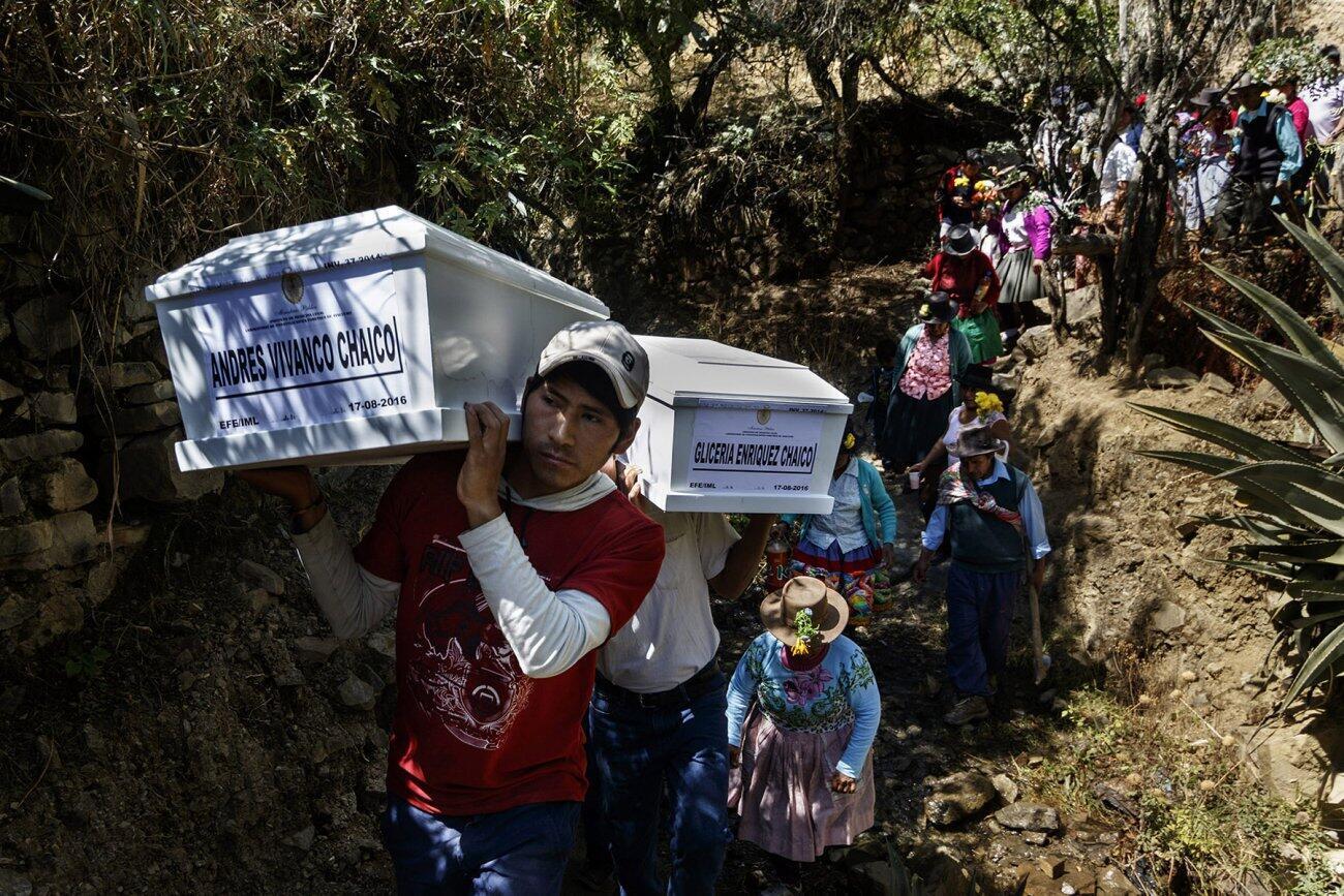 Mujeres acompañan a sus esposos asesinados hasta el cementerio.
