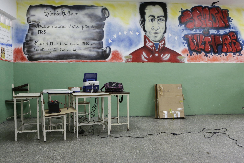 Grafite com o rosto de Símon Bolívar ilustra parede de seção eleitoral na Venezuela