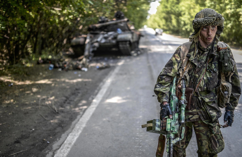 Un séparatiste pro-russe, au nord de la ville de Donetsk, le 22 juillet 2014. Alors que l'armée ukrainienne regagne du terrain, Donetsk fait partie des dernières villes tenues par les séparatistes.