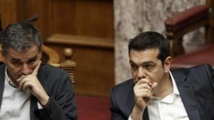 Le Premier ministre grec Alexis Tsipras (d) et son ministre des Finances Euclide Tsakalotos (g) lors d'un session parlementaire avant le vote, le 22 mai 2016.