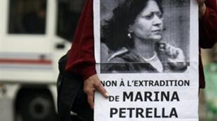 Une manifestante contre l'extradition en Italie de Marina Petrella, ex-membre des Brigades rouges, le 19 juin 2008 à Paris.