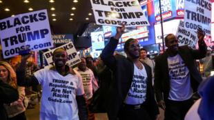 Những người ủng hộ Donald Trump tại quảng trường Times Square, Manhattan, New York, tối ngày bầu cử 08/11/2016.