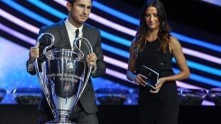 Le trophée remis au vainqueur de la Ligue des champions Uefa. (ici dans les mains de Frank Lampard, milieu de terrain de l'équipe de Chelsea, tenante du titre).