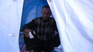 Ousmane Sow, réfugié de la Guinée Conakry qui a fui la Libye et se désespère dans le camp de transit près de Ras Jdir, le 5 mars 2011.