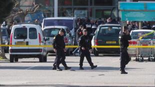 Полиция возле супермаркета в городе Треб на юге Франции, где неизвестный захватил заложников
