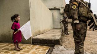 2 novembre 2016, Gogjali, Mossoul-Est. Pendant que les hommes du premier bataillon de l'ISOF 1 du colonel Mohaned sécurisent les ruelles du quartier, une petite fille sort de chez elle à la rencontre des soldats, un drapeau blanc à la main.