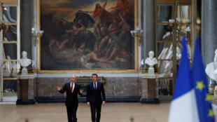 Владимир Путин (слева) и Эмманюэль Макрон в Версальском дворце, 29 мая 2017.