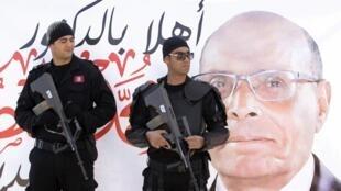 Des policiers montent la garde à Sidi Bouzid, le 17 novembre.