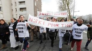 Manifestantes protestam em Aulnay-sous-Bois contra a violência policial