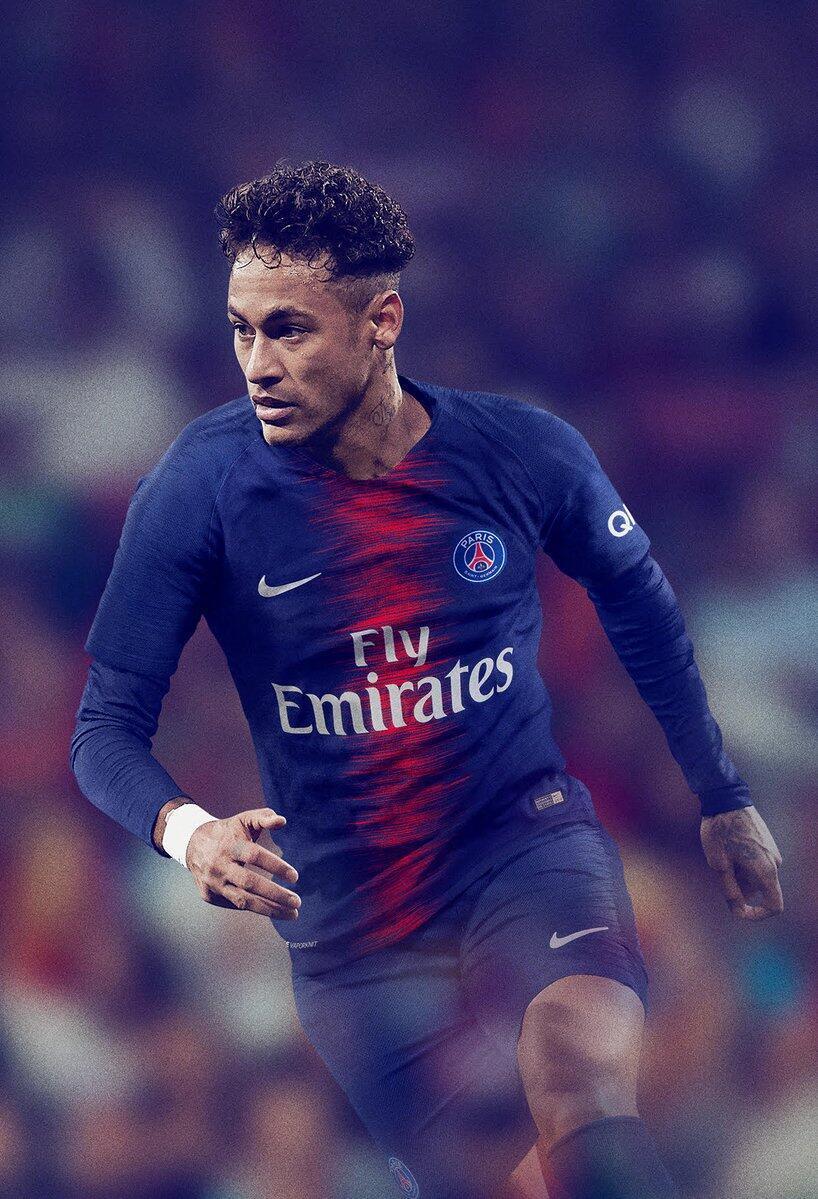 neymar exibiu na manhã deste sábado (12) uma foto com a nova camisa do PSG para a próxima temporada de 2018-2019.
