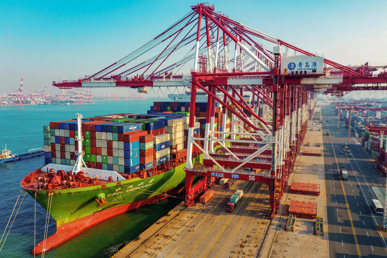 Un cargo chargeant des marchandises à Qingdao en Chine, le 14 janvier 2020.