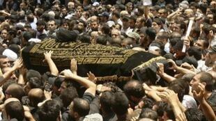 Des milliers de personnes ont participé ce 6 juillet 2010 à Beyrouth aux funérailles du Grand ayatollah Fadlallah, considéré autrefois comme le mentor du Hezbollah.