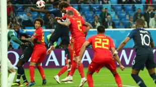 Hậu vệ Pháp Umtiti đội đầu đưa bóng vào lưới đội Bỉ, ghi bàn thắng duy nhất của trận bán kết 10/07/2018.