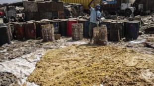 Un homme fait du savon local à Kaolack.