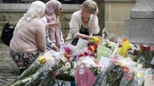 Anonymes et responsables politiques locaux rendent hommage à la députée assassinée jeudi, Jo Cox, dans sa circonscription de Birstall, près de Leeds, dans le nord de l'Angleterre, vendredi 17 juin 2016.
