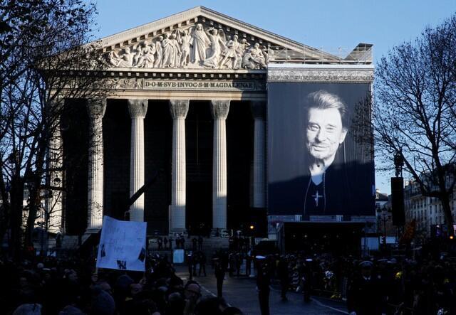 A imagem do cantor na fachada da Igreja da Madalena em Paris.