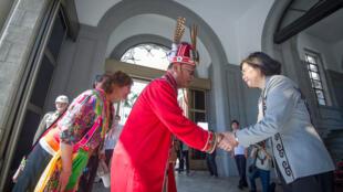 La présidente taïwanaise Tsai Ing-wen reçoit des représentants des 16 tribus aborigènes de l'île.